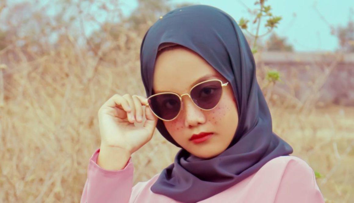 hoofddoek en zonnebril